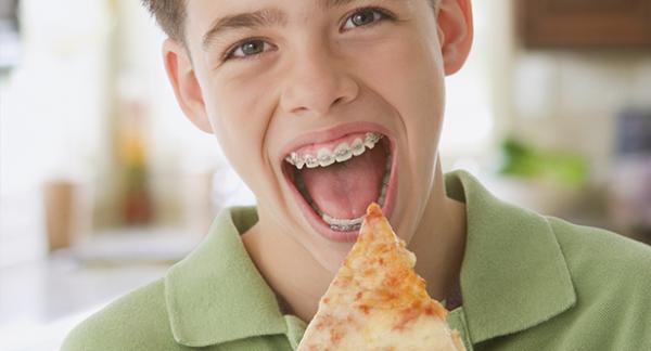 Hạn chế ăn bánh mì và các sản phẩm giòn, sắc gây tổn thương cho răng